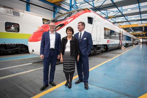 SBB-Chef Andreas Meyer, Bundespräsidentin Doris Leuthard und Peter Spuhler vor dem neuen Giruno. (Bild: Urs Bucher)