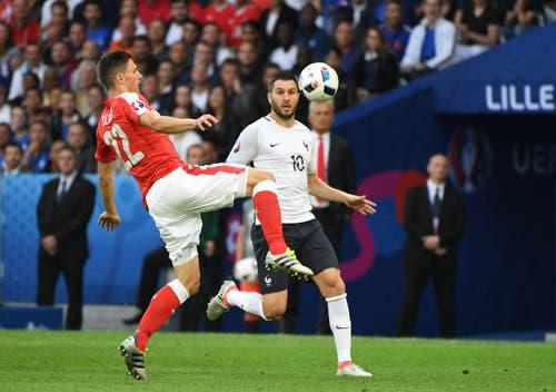 Der Ostschweizer Fabian Schaer schnappt sich vor Andre Pierre Gignac den Ball. (Bild: Geert Vanden Wijngaert / Keystone)
