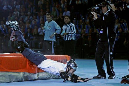 Auch für die Teilnahme am Super-Zehnkampf der Schweizer Sporthilfe ist sich René Baumann alias DJ Bobo nicht zu schade - dieses Bild stammt aus dem Jahr 2005. (Bild: Keystone)
