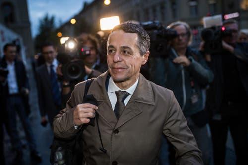 Bundesratskandidat Ignazio Cassis erscheint am Morgen auf dem Bundesplatz vor der Ersatzwahl. (Bild: Keystone)