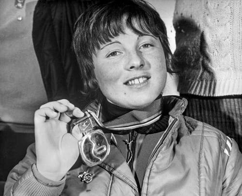 Marie-Theres Nadig zeigt am 6. Februar 1972 ihre Goldmedaille, die sie in der Abfahrt gewonnen hat. (Bild: Keystone/EPU/Str)