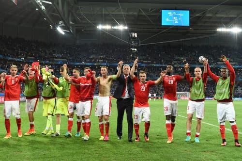 Die Schweizer Spieler lassen sich nach dem Schlusspfiff von den Fans feiern. (Bild: Keystone / Jean-Christophe Bott)
