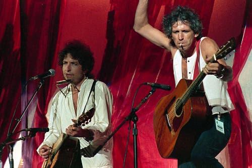 Zwei Musiklegenden gemeinsam auf der Bühne. Dylan mit Rolling-Stones-Gitarrist Keith Richards 1985 während eines Benefizkonzerts in Philadelphia. (Bild: Keystone)