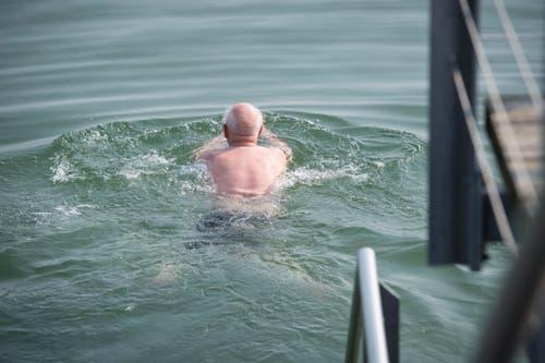 Gleiches macht ein Rentner in der Egnacher Badi. (Bild: Ralph Ribi)