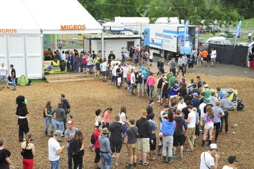 Etwas vergessen? Kein Problem: Auf dem Festivalgelände gibt es eine eigene Migros. (Bild: Mario Testa)