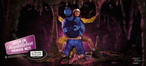 """Handout eines Plakates der neuesten Stop Aids Kampagne mit dem Sujet """"Cave"""". Die LOVE LIFE STOP AIDS-Kampagne 2008 des Bundesamts für Gesundheit BAG und der Aids-Hilfe Schweiz AHS startete am Montag, 31. März 2008 mit der ersten Kommunikationswelle. Die Plakatsujets zeigen Paare beim Sex im Urlaub, auf Geschäftsreisen oder auch an Parties. Im Auftrag des BAG fuehrte das Kantonsspital St.Gallen die sogenannte CHAT-Studie (SCHweizer AIDS-Transmission) durch und informierte 2007 über die Resultate. Dabei zeigte sich, dass Personen, die eigentlich eine gute Schutzstrategie haben, in bestimmten Situationen auf das Präservativ verzichteten und sich deshalb mit HIV infiziert haben. (Bild: Keystone)"""