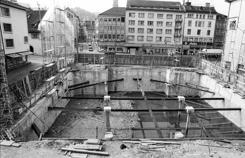 """Die wassergefüllte Baugrube, auch """"Swimmingbohl"""" genannt, nach Abbruch des Theaters. (Bild: Regina Kühne)"""