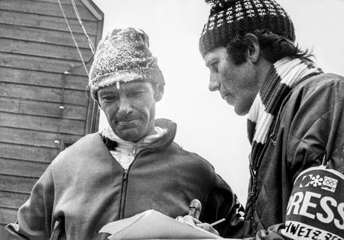 """Alois """"Wisel"""" Kälin wird nach seiner Glanzleistung im 30-Kilometer-Langlauf interviewt. Kälin beendete das Rennen im siebten Rang. Rechts im Bild der Schweizer Journalist Walter Daepp. (Bild: Keystone/Str)"""