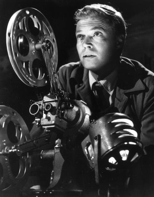 """Der Ausbruch: Im Film """"Peeping Tom"""" (Augen der Angst) von Michael Powell aus dem Jahr 1959 mimte Karlheinz Böhm einen Kameramann und perversen Spanner, der Frauen mit einem Messer bedroht und sie dabei filmt. Der Film erhielt vernichtende Kritiken, Böhms Karriere erlitt einen Einbruch. (Bild: Keystone)"""
