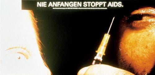 """Plakat für die """"Stop Aids""""-Kampagne vom Bundesamt fuer Gesundheit aus dem Jahr 1989. Gestaltet von der Basler Werbeagentur CR Basel. (Bild: Keystone)"""