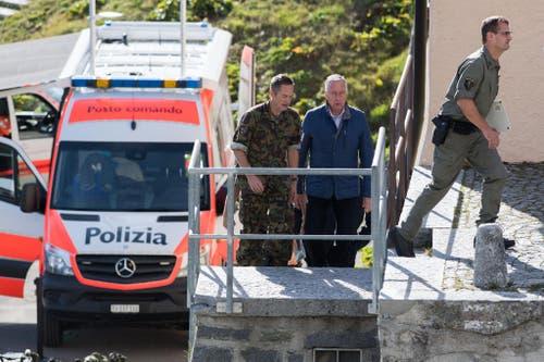 Armeechef André Blattmann (Mitte) trifft am Absturzort ein. (Bild: Keystone)