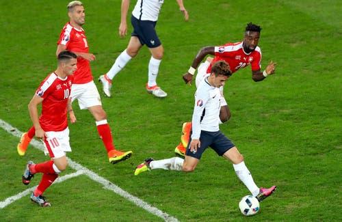 Antoine Griezmann lässt drei Schweizer stehen und kommt zum Abschluss. (Bild: Thibault Camus / Keystone)