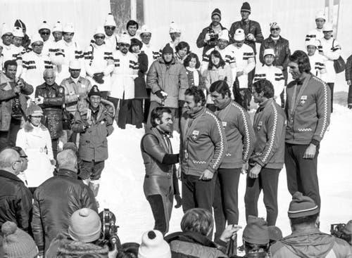 Siegerehrung im Viererbob: Jean Wicki, Hans Leutenegger, Werner Camichel und Edy Hubacher bekommen ihre Medaillen. (Bild: Keystone/Str)