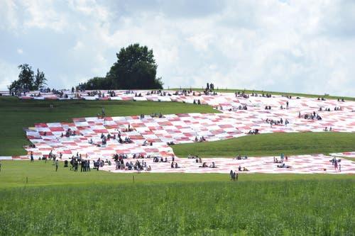 Die Bevölkerung nimmt das Tuch in Beschlag... (Bild: Hanspeter Schiess)