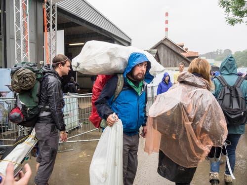 Open Air OpenAir St. Gallen 2017. Do 29. Juni bis SO 2. Juli 2017. Bilder vom Sonntag. Aufbruchstimmung beim Verlassen des Geländes. (Bild: Hanspeter Schiess)