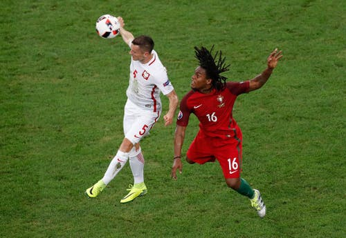Poland's Krzysztof Maczynski, left, heads the ball while Portugal's Renato Sanches jumps, during the Euro 2016 quarterfinal soccer match between Poland and Portugal, at the Velodrome stadium in Marseille, France, Thursday, June 30, 2016. (AP Photo/Michael Sohn) (Bild: Keystone)