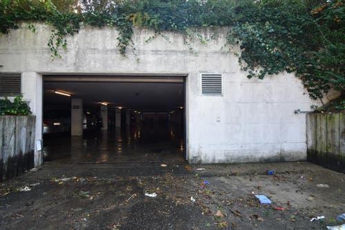 Die Einfahrt zur Tiefgarage der drei betroffenen Liegenschaften ist völlig verschmutzt. (Bild: Manuel Nagel)