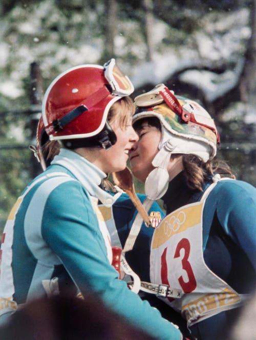 Die zweitklassierte Annemarie Proell (Österreich), links, gratuliert Marie-Theres Nadig zu ihrem Sieg in der Abfahrt, aufgenommen am 5. Februar 1972. (Bild: Keystone/EPU/Str)