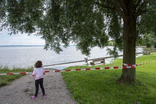 Gesperrter Spielplatz in der Steinacher Bucht mit Blick nach Arbon. (Bild: Urs Bucher)