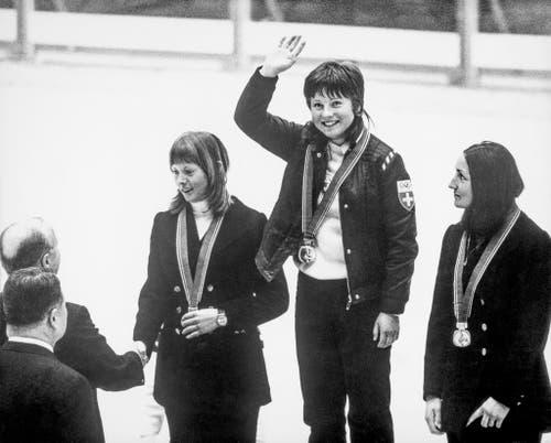 Marie-Theres Nadig, Mitte, vor Annemarie Proell (Österreich), links, und Susan Corrock (USA), rechts. (Bild: Keystone/EPU/Str)