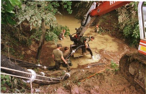 Das Gewitter verursachte im Thurgau grosse Schäden. Die Schaffhauser Rettungskompagnie I/26 musste in Güttingen ein Bachbett ausbaggern. (Bild: Archiv)