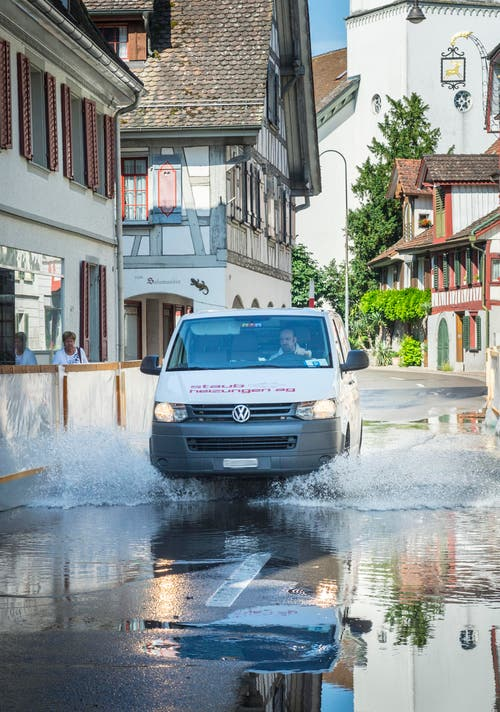 Fahrt durchs Seewasser in Berlingen. (Bild: Andrea Stalder)