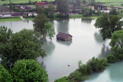 Hochwasser bei Weesen, aufgenommen am Freitag, 14. Mai 1999. Der Wasserstand lag damals bei 421,65 Zentimeter. Die Evakuierung von 400 Personen wurde vorbereitet. (Bild: Archiv)