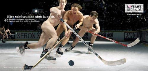 Eines der Plakatsujets der neuen Love Live - Stop Aids Kampagne des Bundesamtes für Gesundheit BAG. Das BAG lanciert zusammen mit der Aids-Hilfe Schweiz am 2. Mai 2006 eine neue Kampagne, die nackte Menschen beim Sport zeigt. (Bild: Keystone)