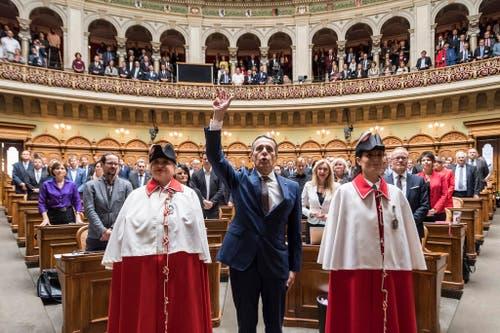 """""""Lo giuro"""" - Der neugewählte Bundesrat Ignazio Cassis legt als 117. Mitglied des Bundesrates den Eid vor der Vereinigten Bundesversammlung ab. (Bild: Keystone)"""