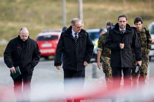 Bundesrat Guy Parmelin (Mitte) trifft am Unglücksort ein. (Bild: Keystone)