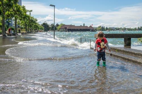 Waten im Wasser an der Uferpromenade. (Bild: Urs Bucher)