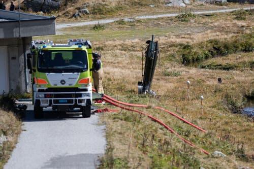 Rettungskräfte bei den Trümmern des verunglückten Militärhelikopters bei der Armeefestung Sasso da Pigna auf dem Gemeindegebiet Airolos. (Bild: Keystone)