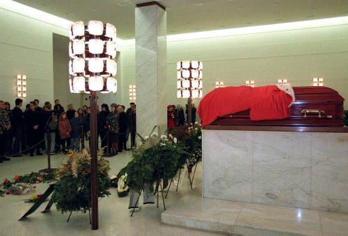 Fans des am vergangenen Freitag verungl ckten Musikers Falco nahmen am Samstag vormittag, 14. Februar 1998, in der Aufbahrungshalle des Wiener Zentralfriedhofes Abschied von ihrem Idol. (KEYSTONE/EPA/APA/Roland Schlager) (Bild: Keystone)