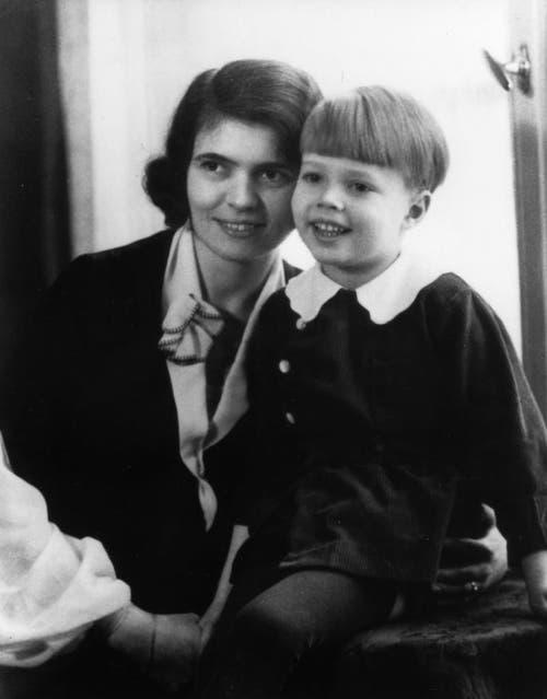 Karlheinz Böhm zusammen mit seiner Mutter, der Münchner Sopranistin Thea Linhard. Böhm war Einzelkind und wurde musisch von seinen Eltern stark gefördert. (Bild: Keystone)