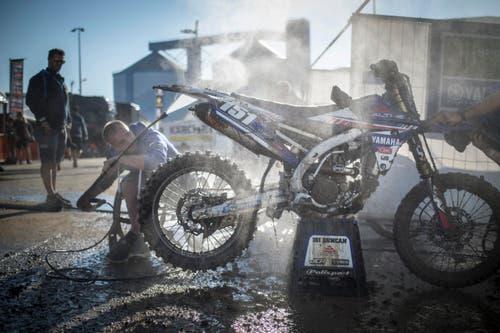 A man cleans a bike during the Motocross MXGP Grand Prix on Sunday, August 7, 2016, in Frauenfeld, Switzerland. (KEYSTONE/Benjamin Manser) (Bild: Keystone)