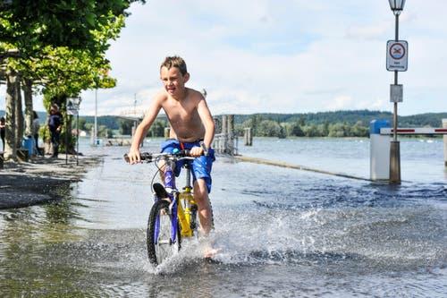Dieser Bub hat in Ermatingen seinen Spass am Hochwasser. (Bild: Donato Caspari)
