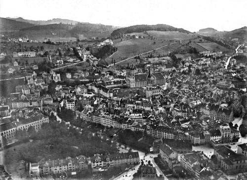 Blick auf die Stadt St.Gallen mit dem alten Theater in der unteren rechten Ecke. (Bild: Stadtarchiv Ortsbürgergemeinde St.Gallen)