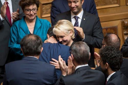 Die unterlegene Isabelle Moret gratuliert Ignazio Cassis. (Bild: Keystone)