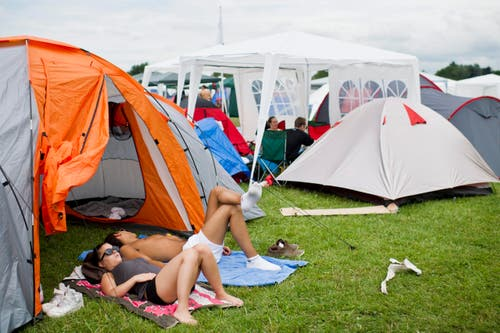 Das Zelt ist aufgestellt, jetzt wird relaxt. (Bild: Keystone)
