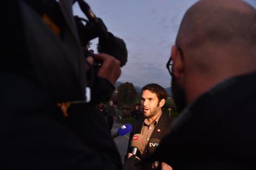 Pnos-Chef Domini Lüthard steht den Journalisten Red und Antwort. (Bild: Manuela Matt)
