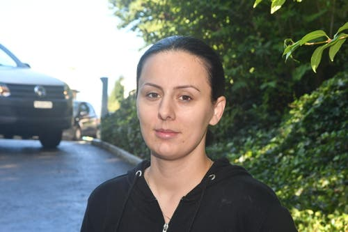 """Lindita Ravnobanja (Hauswartin Rütistrasse 26): """"Die Rütistrasse 26a, b und c – alle diese drei Liegenschaften sind stark betroffen. Nun braucht es viel Zeit, um den Dreck wegzuräumen."""" (Bild: Manuel Nagel)"""