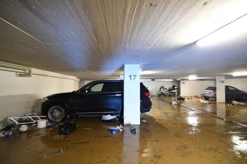 Einige Autos wurden von den Bewohnern noch rausgefahren, bevor die Wassermassen in die Tiefgarage eingedrungen sind. (Bild: Manuel Nagel)