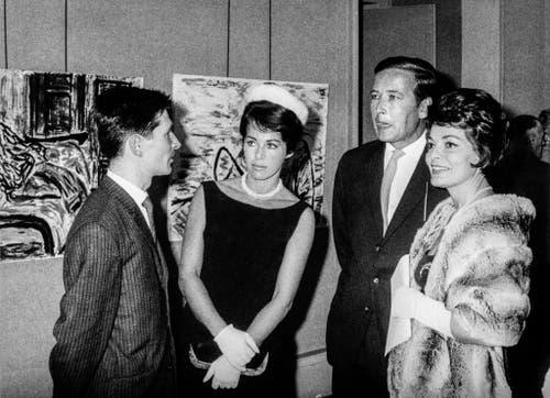 In Neuenburg werden die Werke des 26-jährigen Malers Nino Bellini (links) ausgestellt. An der Vernissage unterhält er sich mit der Schauspielerin Marianne Koch (2.v.l.), ihrem Ehemann Gerhard Freund (3.v.l.) und Lys Assia (rechts). Aufgenommen am 13. Oktober 1962. (Bild: Keystone)