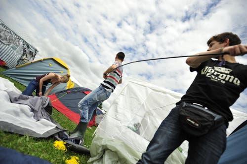 Vor der grossen Sause müssen noch die Zelte gebaut werden. (Bild: Mario Testa)