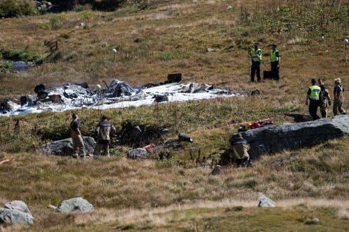 Rettungskräfte bei den Trümmern des verunglückten Militärhelikopters bei der Armeefestung Sasso da Pigna auf dem Gemeindegebiet Airolos, beim Gotthard. (Bild: Keystone)