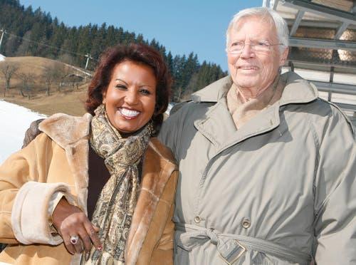 Karlheinz Böhm mit seiner vierten Frau, der äthiopischen Agrarexpertin Almaz Böhm. 1991 heiratete das Paar, die beiden haben zwei Kinder. Almaz arbeitete in ihrer Heimat für Böhms Stiftung und lernte so den Schauspieler kennen und lieben. (Bild: Keystone)