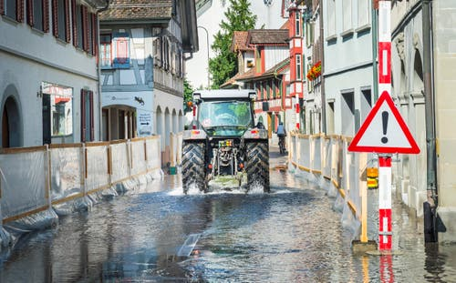 Die Hauptstrasse in Berlingen ist geflutet. (Bild: Andrea Stalder)