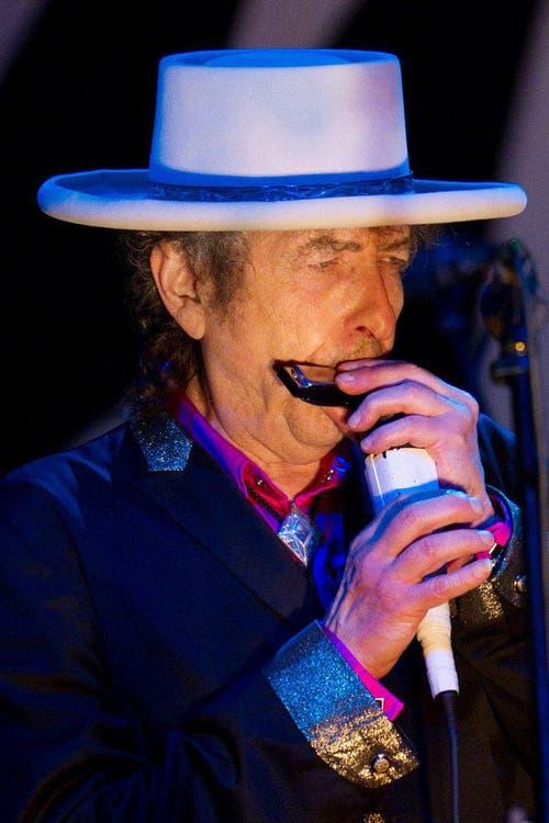 Dylan 2011 bei einem Konzert in Vietnam. Einige von Dylans Songs wurden während den Protestbewegungen gegen den Vietnamkrieg in den 1960er-Jahren zu Friedenshymnen. (Bild: Keystone)