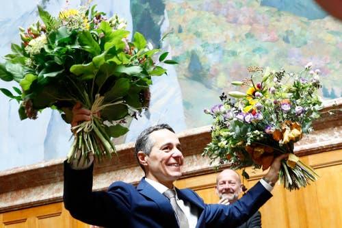 Ignazio Cassis erhält Blumen. (Bild: Keystone)