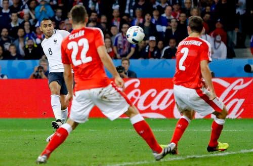 Frankreichs Dimitri Payet versucht, die Schweizer Abwehr mit einem Schuss zu überwinden. (Bild: Frank Augstein / Keystone)